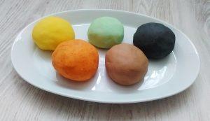 Színezett só-liszt gyurma- természetes játék a konyhából