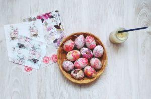 Húsvéti tojás dekupázsolás természetes ragasztóval, fillérekből